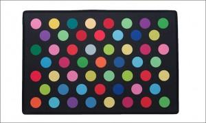 Farverig dørmåtte. 100% polyester. ½ cm høje. Skridsikker bagside