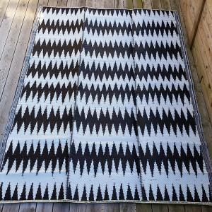 Plasttæppe med backgammon mønster. 180x270 cm 550 kr