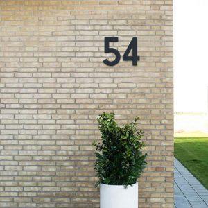husnummer i sort vejrbestandig plast